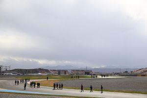 Los pilotos caminando por el circuito