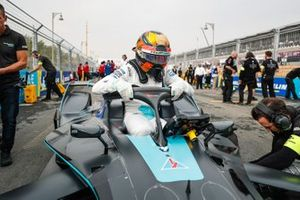 Stoffel Vandoorne, HWA Racelab climbs out of his VFE-05 on the grid
