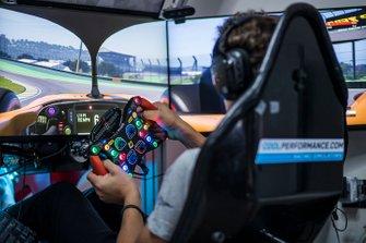 Lando Norris roule sur le circuit d'Interlagos dans son simulateur