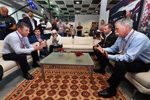 Chase Carey, directeur exécutif du Formula One Group, Dmitry Kozak, vice premier ministre de la Fédération de Russie, Sergey Vorobyev, directeur général du Sochi Autodrom et Bernie Ecclestone