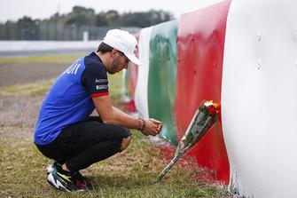 Pierre Gasly, Scuderia Toro Rosso, lascia dei fiori in ricordo di Jules Bianchi