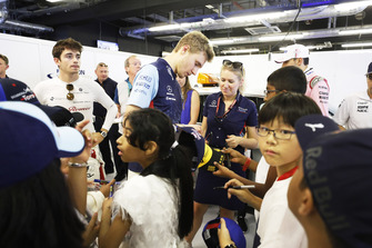 Sergey Sirotkin, Williams Racing signs a cap for one of the grid kids