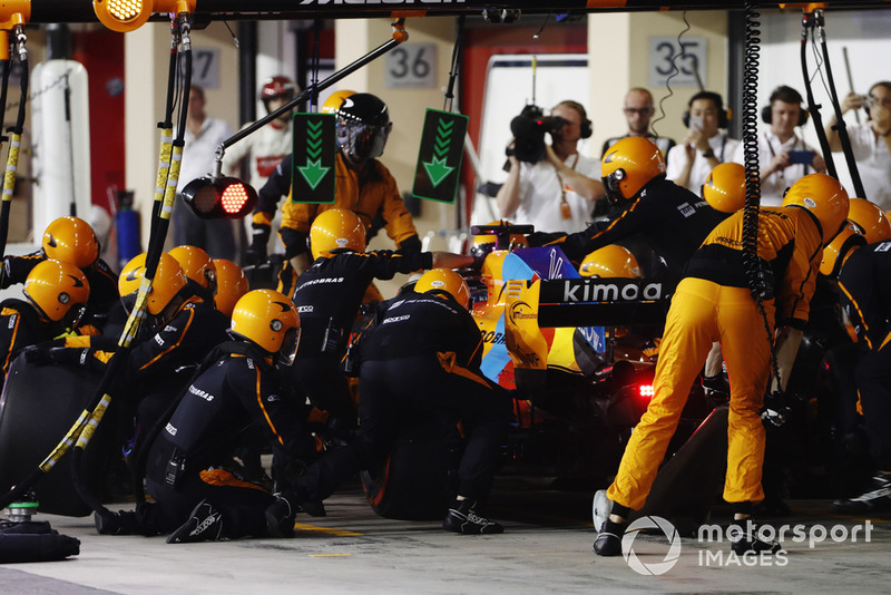 Fernando Alonso, McLaren MCL33, pit stop