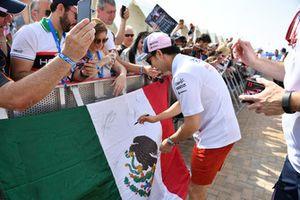 Sergio Perez, Racing Point Force India, firma autografi ai tifosi