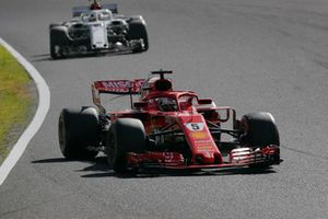 Sebastian Vettel, Ferrari SF71H devant Charles Leclerc, Sauber C37