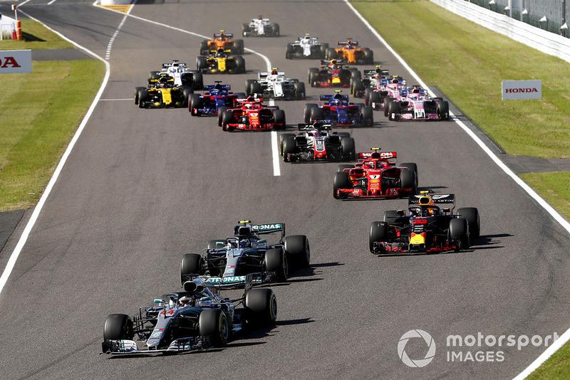 Lewis Hamilton, que largou na pole position, segurou a liderança após a largada e deixou a confusão para seus adversários.