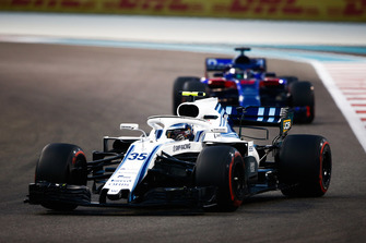 Sergey Sirotkin, Williams FW41 leads Brendon Hartley, Toro Rosso STR13