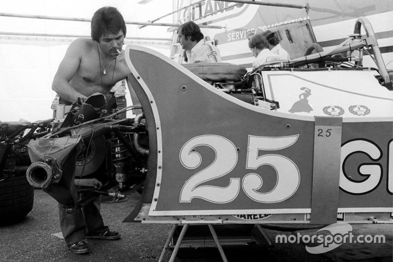 Механик Ligier работает с JS11 Патрика Депайе в Паддоке