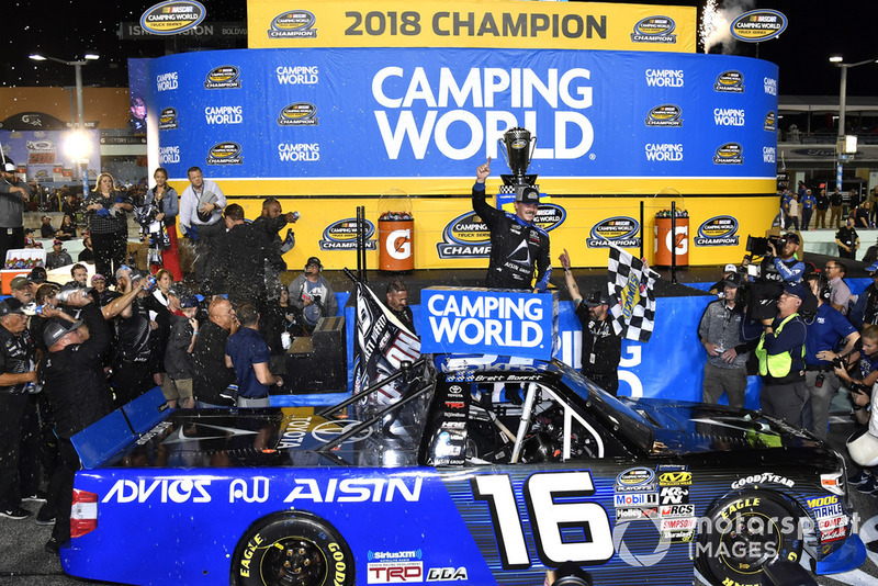Ganador Brett Moffitt, Hattori Racing Enterprises, Toyota Tundra AISIN Group celebra