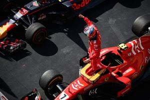 Kimi Raikkonen, Ferrari, 1° classificato, festeggia all'arrivo nel parco chiuso