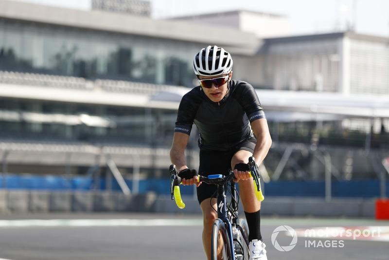 Lando Norris, McLaren, en bicicleta por el circuito