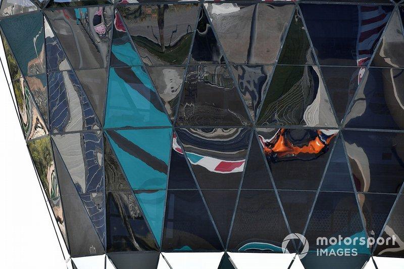 Il riflesso di Carlos Sainz Jr., McLaren MCL33, sulla Shams Tower