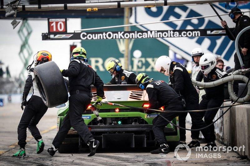 #11 GRT Grasser Racing Team Lamborghini Huracan GT3, GTD: Mirko Bortolotti, Rik Breukers, Rolf Ineichen, pit stop