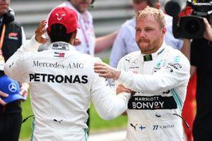 Le second Lewis Hamilton, Mercedes AMG F1, et le poleman Valtteri Bottas, Mercedes AMG F1, se félicitant l'un l'autre
