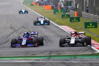 Alexander Albon, Toro Rosso STR14, battles with Antonio Giovinazzi, Alfa Romeo Racing C38, ahead of George Russell, Williams Racing FW42, and Kimi Raikkonen, Alfa Romeo Racing C38