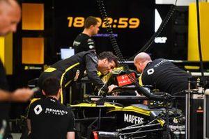 Daniel Ricciardo, Renault F1 Team in the garage with mechanics