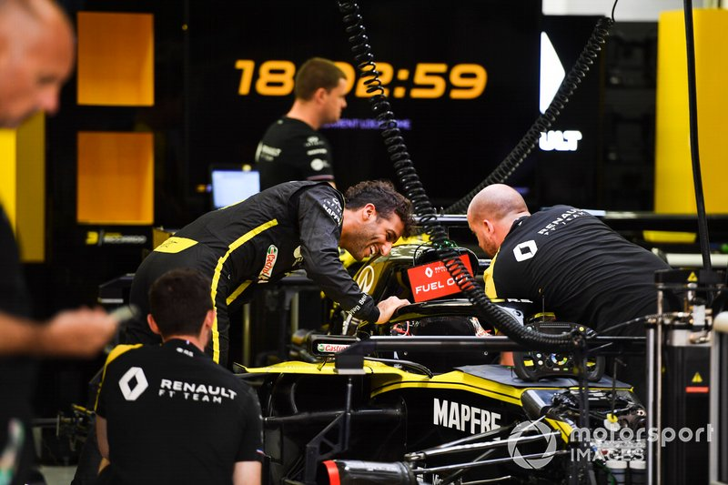 Daniel Ricciardo, Renault F1 Team in the garage with mechanics