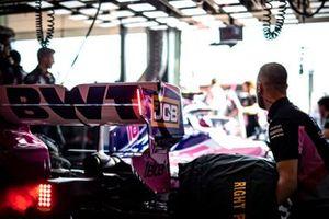 Задняя часть Racing Point RP19, в гараже