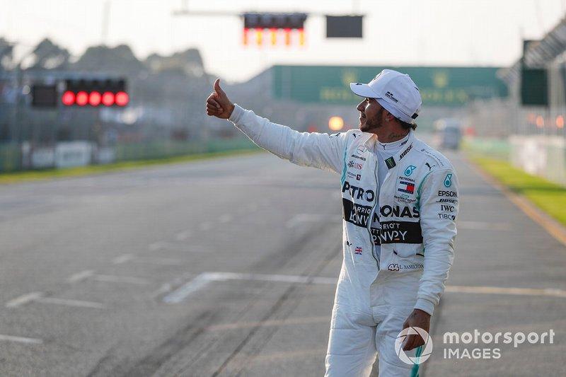 I festeggiamenti del poleman Lewis Hamilton, Mercedes AMG F1 nel Parco chiuso