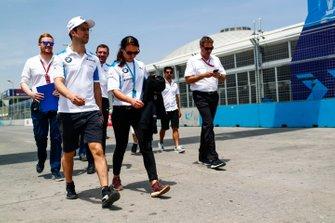 Alexander Sims, BMW i Andretti Motorsports, ispeziona il circuito