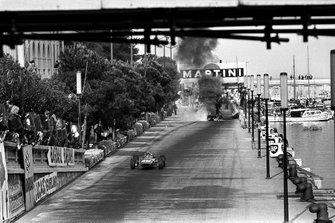 Chris Amon, Ferrari 312, ve kazalı Lorenzo Bandini, Ferrari 312