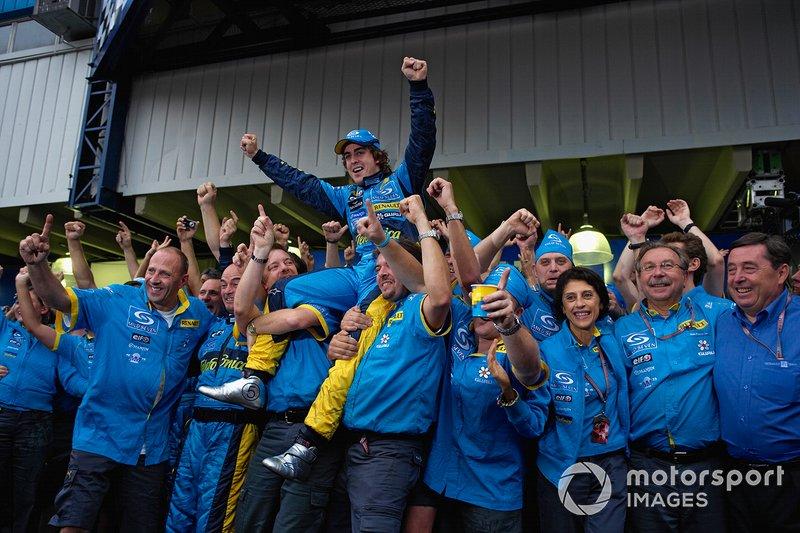 El equipo Renault mantiene en alto a su nuevo campeón, Fernando Alonso.