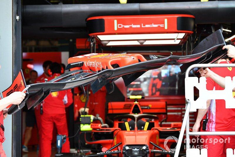 Meccanici spostano un'ala anteriore per la Ferrari SF90