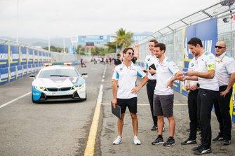 Alexander Sims, BMW I Andretti Motorsports, Antonio Felix da Costa, BMW I Andretti Motorsports, cammina in pista con alcuni membri del team mentre la BMW i8 Safety car si avvicina