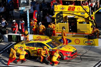 Joey Logano, Team Penske, Ford Mustang Shell Pennzoil, pit stop