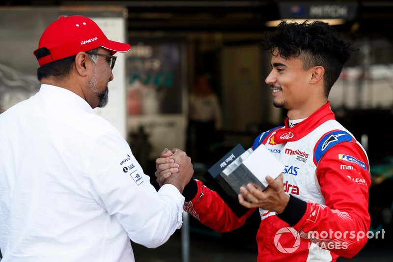 Dilbagh Gill, CEO and Team Principal, Mahindra Racing, congratulates Pascal Wehrlein, Mahindra Racing, after qualifying