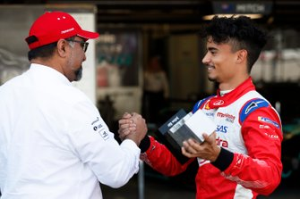 Dilbagh Gill, CEO and Team Principal, Mahindra Racing, si congratula con Pascal Wehrlein, Mahindra Racing, dopo le qualifiche