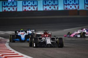 Kimi Raikkonen, Alfa Romeo Racing C38, leads Robert Kubica, Williams FW42
