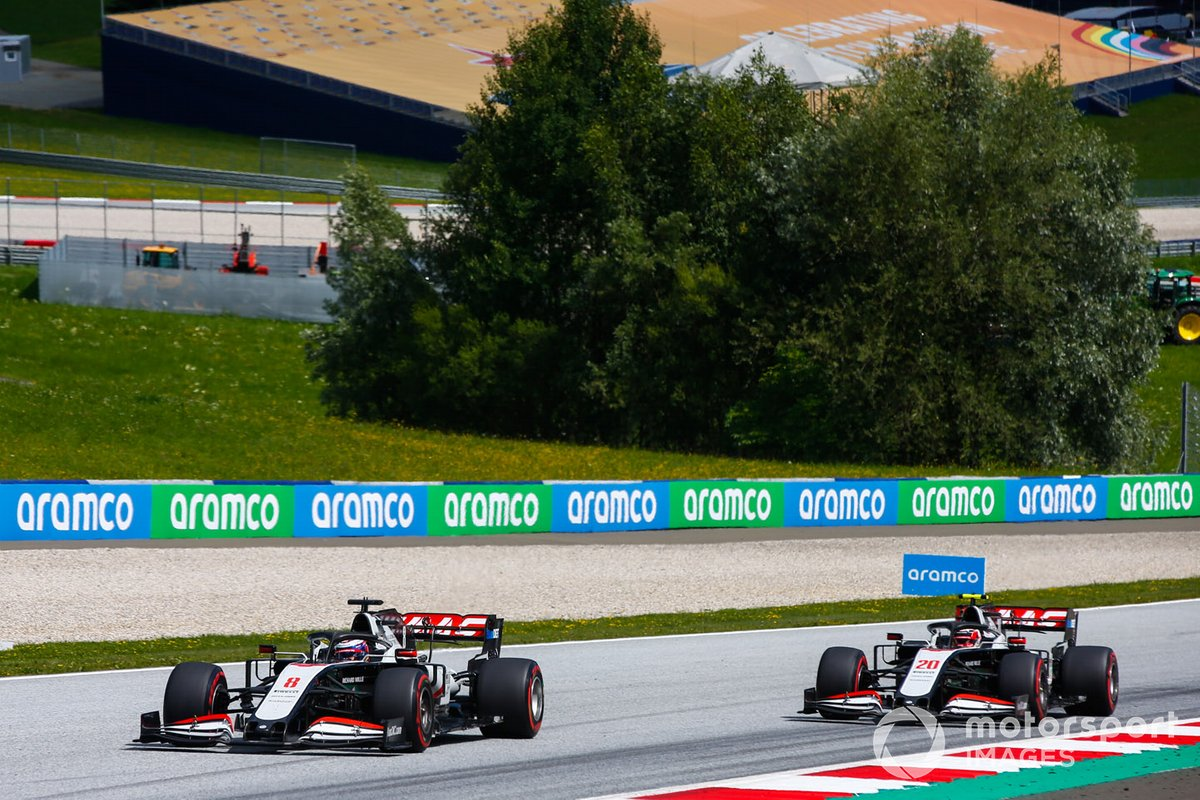 Romain Grosjean, Haas VF-20, precede Kevin Magnussen, Haas VF-20