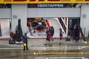 Red Bull Racing-monteurs kijken naar de regen