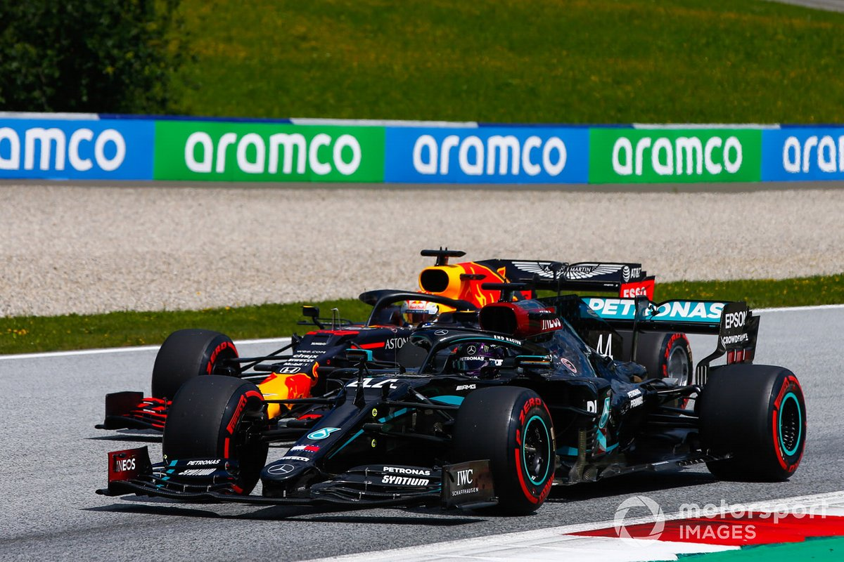 Lewis Hamilton, Mercedes F1 W11 EQ Performance, precede Max Verstappen, Red Bull Racing RB16