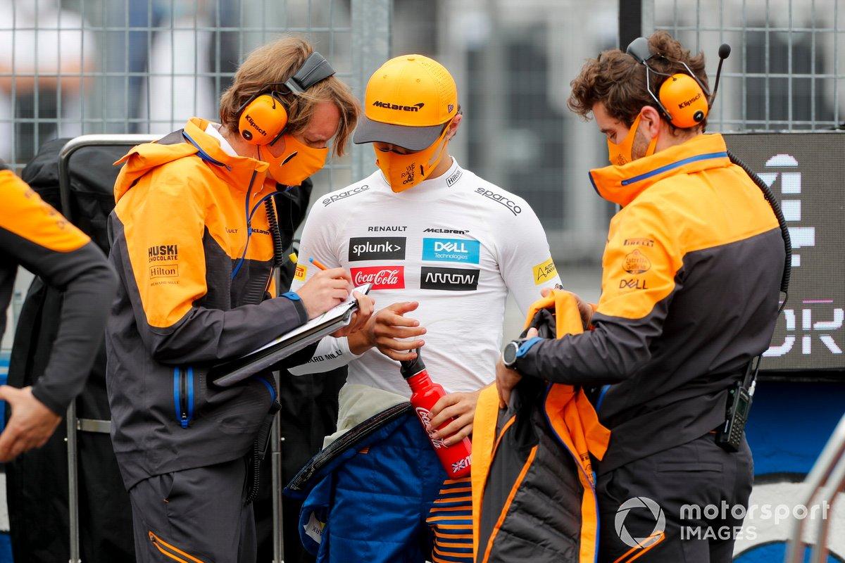 Lando Norris, McLaren, sulla griglia con i compagni di squadra