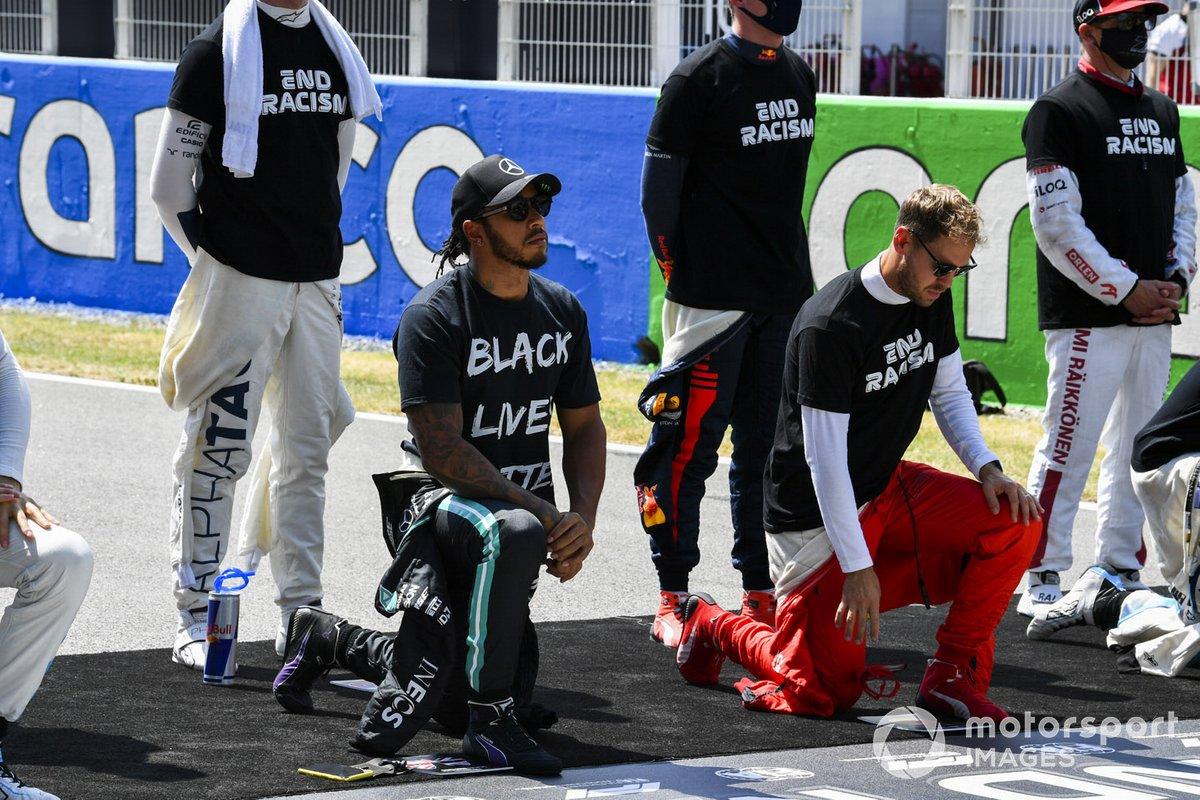 """Lewis Hamilton, Mercedes-AMG Petronas F1, Sebastian Vettel, Ferrari, y los otros pilotos se arrodillan en la parrilla para apoyar la campaña """"End Racism"""""""