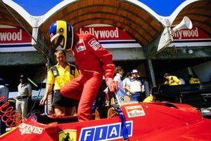 Michele Alboreto monte dans sa Ferrari 126C4