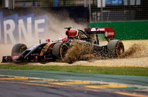 Pastor Maldonado, Lotus E22 Renault spins into the gravel