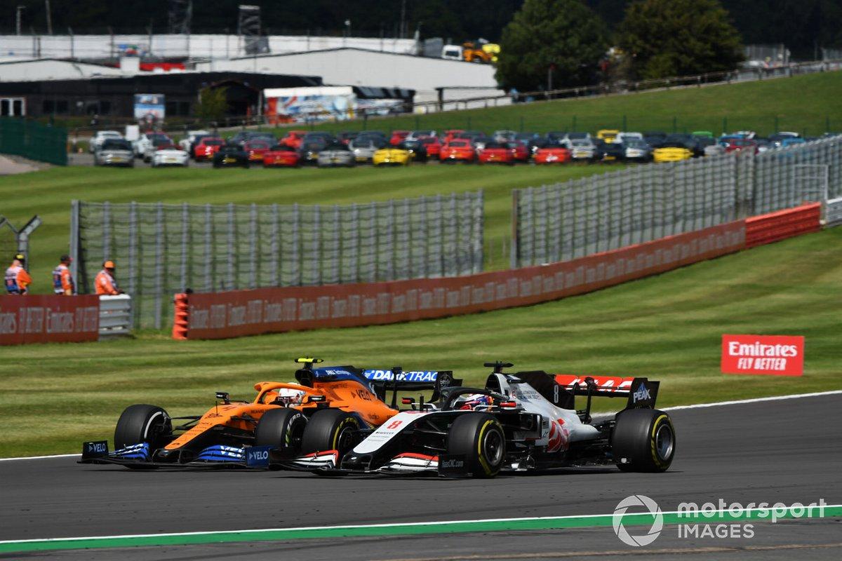 Ландо Норрис, McLaren MCL35, и Ромен Грожан, Haas VF-20