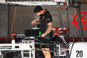 Les mécaniciens Haas au travail