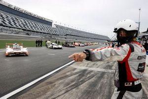 Johnny Knotts starts the field #7 Acura Team Penske Acura DPi, DPi: Helio Castroneves, Ricky Taylor