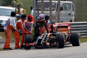 Ромен Грожан толкает свой Lotus E22 Renault после того, как автомобиль остановился на трассе