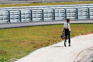 Esteban Gutierrez, Sauber, walks back