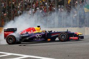Sebastian Vettel, el Red Bull RB9 Renault celebra la victoria con donuts