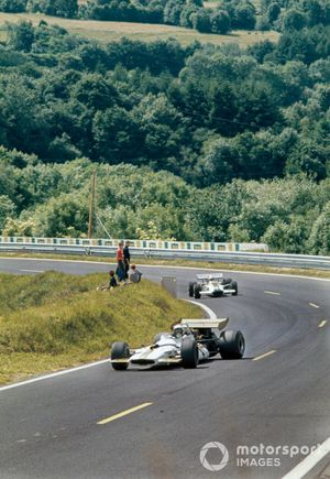 George Eaton, BRM P153 leads Pete Lovely, Lotus 49B Ford