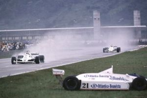 Carlos Reutemann seguido por su compañero de equipo Alan Jones, Williams FW07C Ford