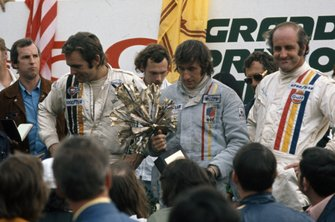 Podium: Race winner Jackie Stewart, Tyrrell Ford,second place Peter Revson, McLaren Ford, third place Denny Hulme, McLaren Ford