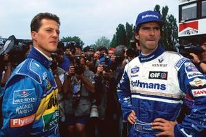 Michael Schumacher, Benetton B195 Renault, retirado, con el ganador de la carrera Damon Hill, Williams FW17-Renault