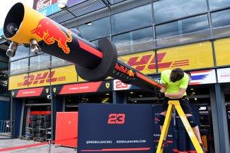 Un membre de l'équipe Red Bull démonte du matériel dans la voie des stands